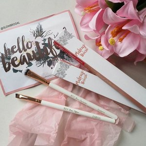 What could be better than having such a beautiful brushes on your vanity table?? 😍😍 Check out the two new latest Eyeshadow Brush and brow Definer Brush from @breenabeauty! 💖 It's selling at only RM25 each (approx $7)..a very affordable price for a pretty brush! 💕💕 Have a great Friday everyone! 😙😙#clozette