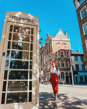 Trying my best to pose and look effortless but I'm obviously outdone by the little model behind me! Pinch and zoom to see the little cutie pie!  P.S. Hull is the only city in the UK that has white phone booths! 😍  #ilbtravels #hull