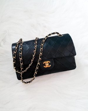 Hey label lovers! I'm letting go of my Classic CC Chanel 25.5 double flap lambskin medium in black with gold hardware. Very low priced and also open for layaway. Rfs: bought another one. For more photos and inquiries, shoot me a DM. ❤