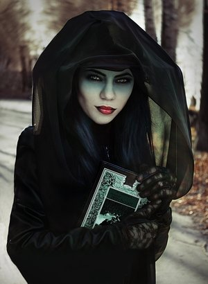 A stunning and romantic witch look. Photograph by Dominique Wessen.