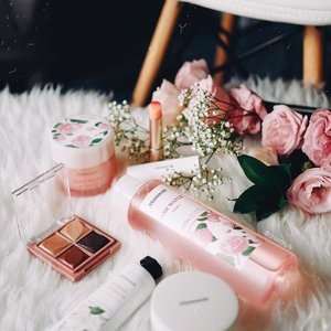 First time trying out @mamondesingapore skincare and makeup, and I already know some of my favorite picks! 💕 - Their Flower Pop Eyebrick eyeshadow is so creamy, it makes blending even with fingers super easy. And it's priced so affordable! My other favorite is actually their Rose Water Gel Cream 🌹, smells SO amazing and moisturizing for the skin. Personally, I usually go for gel-type moisturizer to prevent breakouts 😇 Ok actually, all the stuff in this photo are my favorite 😂 That dual lip balm is amazing too.  #mamondesingapore