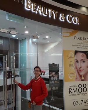 After weeks of post-raya withdrawals and hectic schedules, finally I had the time to pamper myself at Beauty and Co, Paradigm outlet @aimon.beautyandco. I had the 60 mins of Crazy Rich Full Body Massage with Ginger, Gold or Rice oils. It's a a full body aeromatherapy massage using 100% natural botanical oil imported from France with no pareben and mineral oil for true relaxation. My body felt so relaxed and the stiffs were gone. Then I had the Gold De Youth Facial Treatment. Eventhough my face don't have much of a problem, but I still need to ensure my skin is well maintained and looking youthful. A 90 mins session of Gold De Youth Facial can help to restore healthy cells with luxurious properties, obtaining youthful glowing skin. It will also help to boost skin metabolism, stimulate collagen production and diminish fine lines and wrinkles. My pores and lines became finer and skin felt hydrated, glowing and smoother. Pampering myself with these kinds of treatments were the best way to end my weekday. Thanks again @beautynco.bc for pampering me with these treatments!Check out their promotion for first time trial, and book now! 💁🏻‍♀️🙆🏻‍♀️ #beautyandco #beautyandcoparadigmmall #beautyandcoreview #beautyreviewkl #beautyreview #beautysaloonkl #beautysaloon #beautyregimen #crazyrichfullbodymassage #golddeyouthfacialtreatment #sponsorship #complimentary #blessed #instaphoto #instapic #igers #instagrammers #influencer #socialmediainfluencer #blogger #beautyblogger #lifestyleblogger #malaysianblogger #starclozetter #clozette