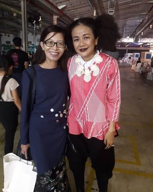 One with the talented designer herself @mellooi! Congrats again on the fabulous 'My Chantilly', a colourful and wearable collection of modern baju kurung which was inspired by the beauty of Chantilly lace. It features the traditional Malay outfit in a colourful range of lacy prints and colour-block designs, offering exciting choices for every fashionista this coming Raya 2018. Thanks so much @melindalooi and @emel.my team for having us and the goodies!  #mychantilly #colourfulraya #emelmy #290318 #latergram #fabulousthursday #britishamericantobacco #melindalooi #rayacollection2018 #fashionshow #muslimahfashion #complimentary #instaphoto #instapic #instagood #igers #instagrammers #fashionista #influencer #socialmediainfluencer #blogger #fashionblogger #lifestyblogger #malaysianblogger #starclozetter #clozette @jellybean_star