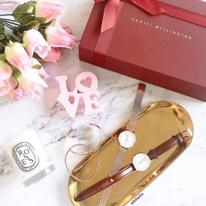 💕If you have not prepared your special gift for your loved one, don't miss out @danielwellington exclusively curated 'I ❤ U' gift sets. They are currently offering a special 10% off for selected sets! Besides, if you order any leather strap watches it will come with a cute limited heart charm for free. Don't forget to use my code  for additional 15% off on www.danielwellington.com. All orders come with a greeting card, complementary gift wrapping and free shipping! #DanielWellington #LoveDW . . . #DanielWellingtonSG #Valentinesday2019 #Vday2019 #GiftSet #Gifts #ForHer #ForHim #Watches #Timepiece #watch #bracelet #ootd #wiwt #fashion #fashionsg #clozette #ootdsg  #danielwellingtonwatches #ootdsg