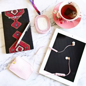 🎵Weekend me time, have a cup of tea and enjoy music with Sudio Vasa BLÅ pink earphones. 🎧Studio quality sound, elegant design and 8 hours of freedom, that is what Vasa Blå is all about. Pair up with your phone and take calls with the built in microphone and control your phone with the remote. The Vasa Blå is compatible with all Bluetooth devices. 🌈Vasa Blå comes in Pink, White Rose Gold, Black, Blue and Pastel Blue. 💕Use my code  to get 15% off your purchases. Get a FREE travel case with every purchase too! Shop here now ➡️ https://www.sudio.com/ . . . @sudio #sudio #sudiomoments #earphones #headphones #music #fashionsg #fashion #ootd #ootdsg #flatlay #lifestyle #lifestylesg #igsg #sgig #igdaily #instadaily #ad #sp #clozette