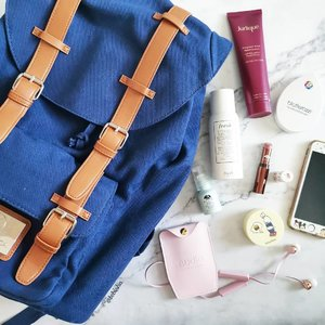 🎒My travel beauty and daily necessities inside my GastonLuga The Clässic in Navy Brown. Share with me what's I your bag? 🎉Get 15% on https://gastonluga.com/ with my code  🎉Until the 3rd of June GastonLuga will gift a free tote bag with every backpack purchase. #packitwithGL @gastonluga #GastonLuga #GastonLugaSG . . . #ootd #ootdsg #fashion #fashionsg #backpack #bag #beauty #beautysg #makeup #skincare #flatlay #ad #sp #clozette