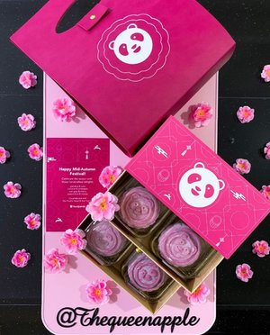 Thrilled to lay my hands on the special edition of handcrafted snowskin mooncakes which comes in the iconic pink @foodpanda packaging! 💕  A joint collaboration between foodpanda, @panpacificsingapore & Hai Tien Lo, the mooncakes come in 4 different flavours, gianduja & yuzu coconut & pineapple earl grey & cherry passionfruit & mango  We will be pairing the artisan mooncakes (which also doubles up as my birthday cakes) with tea for our afternoon tea sessions! Last but not least, swipe left to check out the photos that we took last weekend during the bites & vibes festival! We had a great time enjoying the music, while having our foods & drinks at the same time! 🥂🍻🍹 #foodpandasg #foodpanda #midautumn #midautumnfestival #bitesandvibes2019 #bites&vibes2019 #mooncakes #panpacificsingapore #panpacifichotel
