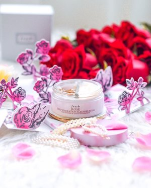 At point of writing, I've already hit bottom for this jar of @freshbeauty Rose Goodness!!! 🌹 If you are already a fan of #FreshLoveSG rose mask, you'll love their new Deep Hydration Sleeping Mask even more! 😍 The 2-step treatment starts with a moisture-replenishing gel essence that drenches skin with rosewater, damask rose extract, and hyaluronic acid. After massaging in the first step, work the next step silky water-cream mask (second step) to lock in hydration 💦 The texture of the water-cream mask feels like soft mashed potatoes and reminds me of their best selling Black Tea Instant Perfecting mask. Evening primrose root extract and time-release liquid patches help deliver continuous moisture all night! I love how my skin feels in the morning, soft, hydrated and supple! I also observed that my skin is less oilier as it's well hydrated thru the night, even in air conditioned room. It smells so good and does so well for my skin I can't stop reaching out for it!!! 😍🌹😍 #redqiyunz . . #FreshXqiyunz #Freshlove #freshlovemy #rosesonly #rosesonlysg #rosemask #roseskincare #beautysg #sgbeauty #clozette #sgblogger #sgskincare #skincarejunkie #sephorasg #sephora #freshflowers #thehappynow #redroses #overnightmask