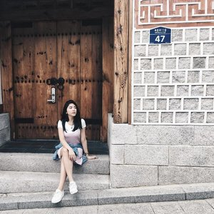 Waiting for my OPPA to pick me up. 😅 uploaded a new video on my YouTube account. Link is up on my bio ☺️