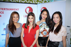 Clozette Ambassadors posing with Anne Curtis