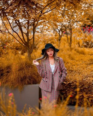 Autumn is here! I'm always a fan of matchy preppy sets like this checkered pencil skirt and blazer from @marksandspencer_sg Autumn 2019 Collection! 🥰❤ I love how flattering it makes my silhouette look! It's perfect for SG as well as for any upcoming holidays! Not forgetting to let you know that Marks & Spencer has a new revised pricing #NewPricesYouWillLove! Time to mix and match your #NewAutumnWardrobe with Marks & Spencer!  Psst! Their Mid season saw has just started! Lots of quality pieces at really good discounts of up to 50% off! Time to go and shop shop shop❤ • • • • • 📷: @bentkr  #marksandspencer #marksandspencersg #chloewlootd #ootd
