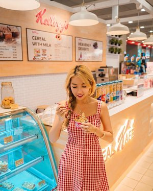 Have you heard about the new @kelloggssingapore Cereal Kafe located at AMK Hub?😊 Healthy and fun snack option where there's so many different types of cereal to pick from! I picked the yoghurt with 2 cereal toppings for that extra crunch 😘  Psst! There's 1 for 1 for the Frozen Yoghurt on Tues and Fri too! ❤️ • • • • • 📷: @bentkr  #cerealkafe #kelloggssingapore #chloewlootd #kelloggscafe #kelloggs