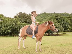 First time riding a horse + enjoying the beauty of nature here at @lilyvacationfarmhouse 🐎🏞 #iLilyLilyLikeIt #LilyVacationFarmHouse #CreaTeamPH #clozette 👑