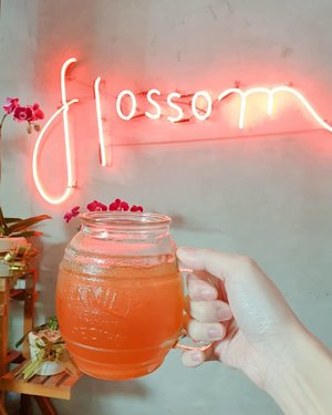 Are you in a good mood for good food? Come by at @flossomkitchencafe and enjoy their savory dishes & Instagram-worthy walls. And hey, every dish got that touch of blue pea flower petals. 🌸🥰 #FlossomKitchenCafe 🌸