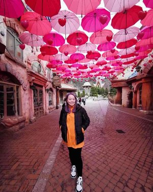 Isn't this the prettiest alley you've seen? 😍  #michhysaurousgoestoseoul #michowfit #ootd #outfit #spring #umbrella #everland #love #hearts #pink #clozette