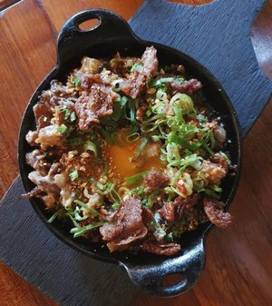 Is this the most sinful sisig yet? @littleflourcafe's Sisig - made of crispy pork, chicken skin, onions, chillies, and egg yolk! 🍳🍳🍳