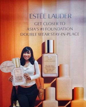 Get closer to my favourite and Asia's no. 1 foundation, Double Wear Stay-in-Place Makeup, @esteelauder's best-selling cult product with 1 bottle sold every 30 seconds! 🌟 . Double Wear is made in 40 shades suitable for all skintones and undertones, matte finish, blends easily, feels lightweight, sweat resistant and super long wear, you can take it from morning🌞, noon🥊 to night🎶 . Thank you @clozetteco and @esteelauder_sg for the invite to yet another fun and glamorous event 📽🎬 . #esteelaudersg #esteelauder #doublewear #wearconfidence #clozette #starclozetter #beautysg #sgbeauty #beautyreview #mediainvite #sgevent #eventsg #discoverunder6k #discoverunder7k