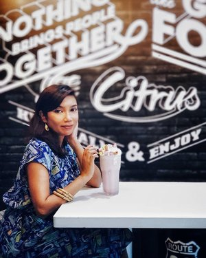 Looking for good food (halal-certified) with a charming ambience in the north of Singapore? @citrusbythepool has got you covered 🍨🍔🏖 . Don't miss out on these Mighty Milkshakes and the new seasonal menu! Burgers, fries and pasta galore with a local twist that truly surpassed my expectations! Love it so much, I'm making plans to go back for more! . Check out the link in bio for the full review, menu and promotions. . #citrusbythepool #fusioncuisine #milkshakes #nomnomnom #ourfoodstories #sgfood #sgcafe #sgcafehopping #cafehoppingsg #clozette #starclozetter #InfluencersUnlimited #lookbook #fashiondiary #discoverunder5k #discoverunder10k #ad #sp