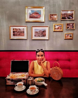 Blast from the past at this cute little vintage bistro @goodolddaysbistro where they serve your delicious burgers in little luggages. These framed pictures behind me are of old Singapore, can you recognise any of them? Find out more on the link in bio 🍔💼🕰 . #goodolddaysbistro #brunchescafe #truevintageootd #lookbook #cafehopping #cafedate #sgfood #sgigfood #igsgfood #sgfoodie #sgeat #singaporefood #nomnomnom #ourfoodstories #foodreview #soonontheblog #clozette #starclozetter