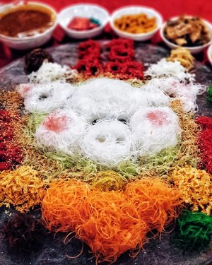 Usher in the year of the pig with @amarasingapore. Raise your chopsticks high as you toss the Eight Treasure Prosperity Yusheng to endless wealth with your family and enjoy a sumptuous spread for a joyous reunion dinner🌸🏮🥢 . Yusheng - $88 (Small), $118 (Large) . Prices for tables, set meals, desserts and more dishes from the menu are available on the link in bio. . #amarasingapore #amarahotel #yearofthepig #yusheng #reuniondiner #sgcny #sgfood #sgigfood #igsgfood #sgfoodie #sgeat #singaporefood #foodart #nomnomnom #ourfoodstories #foodreview #ontheblog #clozette #starclozetter #thatsdarling