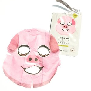 So what do I think about the Honey (pig) character mask from @thefaceshopph ? First, this is so cute and comfortable to wear but a bit bitin on the sides. Scent is nice and relaxing. The only thing I noticed with these character masks is that it has a thicker sheet than the plain ones. It dries up pretty fast which is also bitin because I want my masks to last for about 20-30 minutes. Is Php150 worth it? No. This is too expensive and would rather order online or try out the others. 🐷 #beautyblog #makeupmess #holygrail #makeupjunkie #makeuptalk #makeuplover #makeup #makeuptalk #fotd #makeupporn #igbloggerph #instamakeup #faceoftheday #makeupoftheday #makeuplovers #beautyblogger #beautybloggers #bblog #makeupmafia #makeupobsessed #bblogger #bbloggers #bbloggersph #fotd #instabeauty #productreview #clozette