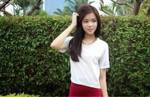white holographic top w/ red bandage skirt & gold chain necklace  simple but chic outfit idea for upcoming ndp!
