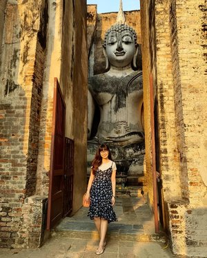 Behold one of the wonders of Sukhothai, Thailand with the Gigantic Buddha statue (15m high!) at Wat Si Chum! This is indeed a majestic sight that you shouldn't miss out on your trip here and one can't help but be awed by what you see with your eyes in front of you! Swipe RIGHT for more photos! :) #clozette