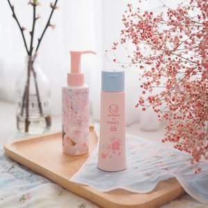 Another beauty must-have, this sakura season, is definitely @fanclsingapore's mild cleansing oil and facial cleansing powder - which need no introduction by now 🌸 I totally love the photographic cherry blossoms by @ninagawamika, wrapping the bottle of cleansing oil, it's so gorgeous! Beauty collectors, you know what to do now 😉 xx . #clozette #fanclsg #fancl #jbeauty #sgbeauty #sgig