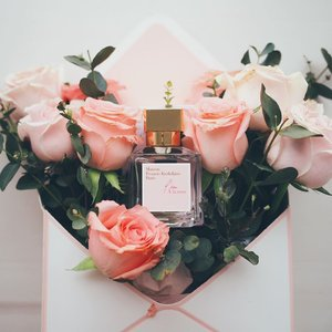 April showers bring May flowers 💐 This month's pick is none other than the latest EDT launch by @maisonfranciskurkdjian , L'eau À la rose. It's said that a drop of perfumed water reflects a bouquet of four hundred newly bloomed roses. Radiant and airy, nothing too strong nor artificial, it's just delicate enough to uplift my mood (top notes are litchi and pear, my fave!) before I'm out for the day. I'm not sure if age is catching up on me, I very much prefer subtle fragrance these days. Anything too overwhelming gives me a headache - which explains why I keep reaching out to this beautiful soft scent these days. If you're someone who especially loves rose fragrance, you'll definitely appreciate this. x . #clozette #maisonfranciskurkdjian #sgig #luxasis #escentials #escentialsg #sgbeauty #igbeauty