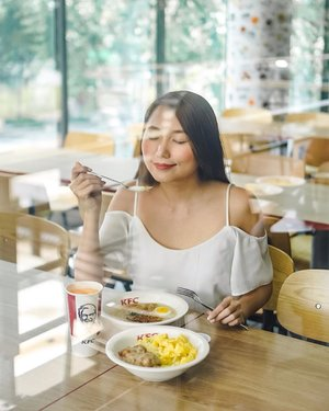 I'm not a morning person but with @kfcphilippines' new breakfast Fully Loaded Meal with Regular Arroz Caldo, napapabangon talaga ako eh.  The warm bed of pinoy favorite arroz caldo topped with KFC's famous chicken is such a comfort brekky. Samahan mo pa ng Garlic Butter Rice, Chicken Steak and Scrambled Eggs on the side and a drink. All these for only Php159!  You can also try their SPECIAL arroz caldo w/ coffee for Php115. Kita-kits for breakfast tomorrow? 🍗🍲🍳 #kfcarrozcaldo #kfcpumpupyourmorning #kfcphilippines 📸: @mjiddaro
