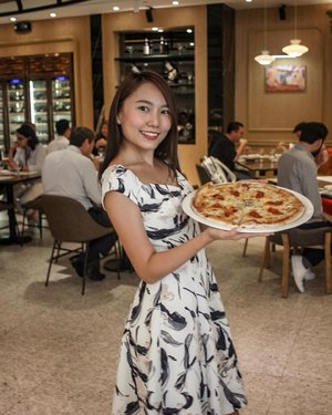 Dining @lavita.ph brought back good memories from my Italy trip last year. The pizza, pasta and even the dessert were all  delizioso! I would really recommend it to anyone who has been meaning to try authentic Italian cuisine. Visit them @thepodium 🍝🍕 #lavitaph  Portraits by: @jay.pud Food shots by me