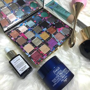 Products that I have been prepping & painting my face with! Shoutout to @freshbeauty Lotus Youth Preserve Dream Face Cream & @sundayriley Luna Sleeping Night Oil because I really woke up with glowing skin the next morning!! Spot that eye shadow palette over there? It's a brand new launch from @tartecosmetics! #freshlovesg #sundayriley #tartecosmetics