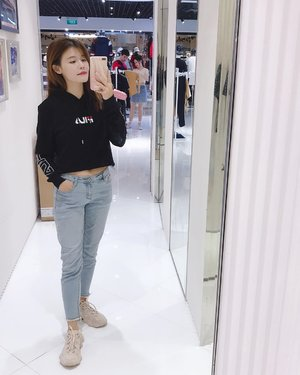 I love pullover weather 🖤🖤 #maybelineootd