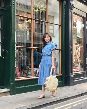 Enroute to visit Diagon Alley to shop for school supplies! 🔮 Wearing @joopboutique denim dress & the ultra comfortable @spurshoes.sg 😍 #maybelinetravels #maybelineootd
