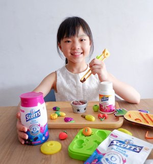 Mummy, can I have 3 gummies daily? The all new Blackcurrant DHA gummies from @scottssingapore not only taste good but it is packed with DHA which helps support normal brain development and Vitamin D which supports healthy immune function and the development of strong bones in children!  Besides Alyssa who is enjoying her fruity dough play and her fun games from @leboxsg ,  her Didi / brother Dayvian is trying to join in too!  #scottsdhagummies #scottssg #Clozette
