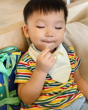"""😴VS 🍠 -  Would you wake him up to remove the food? YES/NO❓  As much as I want to remove the remaining food in he's mouth, I know he would wake up grumpy from he's sleep , hence we decided to let him sleep for a good half an hr before he wakes up from nap 😴 - @babybrands.asia  Bib & bag , """"VINVOLA20"""" 20% 🌈 @dearcollective Rainbow Tee """"VINNA8"""" 8%  #clozette"""