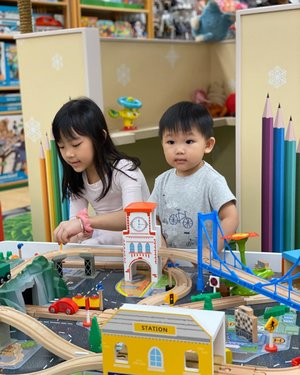 One of my kids  favourite experience area at  @mothercaresg  @hfc_sg , would be the Play area! 🥳  They get to play with wooden train set 🚂 that nicely setup and open to public for experience too 💕  Dayvian is wearing a tee from mother care too!  Will share more on other experience soon !  #mothercaresg  #experiencemothercare  #clozette