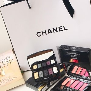 Grabbed the 10% off from #robinsonsg to get  @qiyunz  #Chanel Limted ed L'INTEMPOREL DE CHANEL Eye palette of five shades delicately connected by an embossed chain design and my Arabesque' palette with three lipsticks and two shimmering glosses that can be worn alone or layered too😍 #clozette