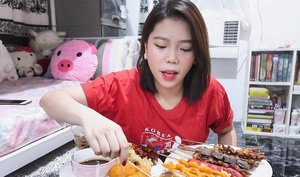 Happy Monday!🌤 . Just uploaded a new video, and this time, it's a MUKBANG! Yass! Filipino Street Food feast inside my room (if only you could smell it thru this pic! yikes!) 😅♥️ And Oh! I also answered some personal questions here (a huh..) Hope you'll WATCH it loves! Check out my BIO for the link✨ THANK YOU! . . . #missgdiaries #missgblogs #clozette #mukbang #youtuber #vlogger #bloggersph #bloggers #streetfood #pinoyfood #pinoystreetfood #heymanila #wheninmanila #abcommunity #ig #igfood #igers