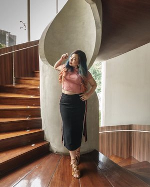 The famous spiral staircase of Artotel Jakarta! Had a pleasant stay here and really delicious food! . . . #blogger #fashionblogger #ootd #ootdfashion #bodypositive #clozette