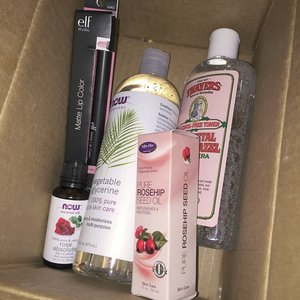 Finally THE box I'd been waiting for iz here! Thanks @liyanahanim 💋 So I got for myself ⬇️ #Thayers Rose Petal Witch Hazel Aloe Vera Toner  #LifeFlo Pure Rosehip Seed Oil  #NowFoods Vegetable Glycerin  #NowFoods Rose Absolute  #elfmattelipcolor in Tea Rose  Obviously, 🌹 is my jam! 💁🏼 #iherbhaul #naturals #roses #bblogger #clozette #fleurnotes