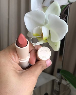 Today's lippie of choice (and a flower) 🤗 #clozette