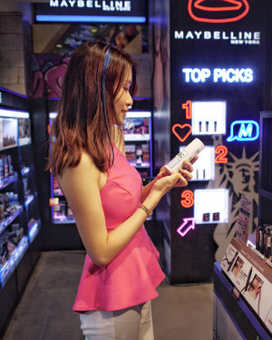 You got to agree that we, Millennials born between 1980 and 2000, value experiences over owning things. Watson heard us and debuts its new store concept for the Millennials at Bugis Junction last week! . This revamped Gen-Y concept store has an eye-catching hot pink fashion runway coupled with amazing LED panels. You can also look forward to more prominent merchandising displays and clearer categorisation of segments. . I am impressed with the extensive range of trendiest brands and offerings including new beauty products from korea! Look out for @aprilskin_korea and @w.labglobal_official! I also get to try the colourista one day spray from @L'Oréal hair. The pastel shades give me a magical unicorn hair makeover look which is perfect for the year end parties! 🦄 . Watson also uses in-store technology to improve the retail experience. The store exclusive feature, Style-Me App allows me to try on lip colours and eye shadow virtually. I am glad that I can bid farewell to the unhygienic sharing of testers! Another cool feature is the magic mirror which plays beauty tutorials videos and it transforms into a mirror when you go closer to it! . Congratulations @watsonssg for the store reopening and @huntingtoncomms for the invite 😘 #liketkit #beautyguru #beautyblogger #musthave #instabeauty #beautyaddict #beautyjunkie #beautycommunity #sgbeauty #lifestyleblogger #beautyblog #bblogger #clozette #WatsonsSG