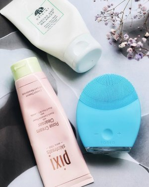 My #BFFOREO aka fabulous cleansing buddies from last year and till date 🧼 @foreo LUNA 2 has been an staple alongside these two cleanser, @pixibeauty Rose #CreamCleanser (which also works as a soothing face mask) and @origins Checks & Balances (quite a powerful one) Forthy Face Wash.⠀ Do you spot any favorite?⠀ ⠀ Now #FOREO has an upgraded cleansing device version, #LUNA3, I wish I had that but my #LUNA2 with 10yrs of warranty definitely not going to let me change my mind anytime soon! But if you're wish-listing for this coming #blackfridaysale then you must consider this #beautydevice 💯⠀ If you're ask me, I've another #beautygadget in my wishlist, 💁🏻♀️ @foreo ISSA. Hoping for a good sale price on that😜⠀ ⠀ __⠀ #GreenStory #greenstoryblog #skincare #skincareblogger #skincarecommunity #beautyfinds #pixibeauty #skintreats #discoverorigins #skincareblog #skincareroutine #pregnantskin #discoverunder10K #skincareluxury