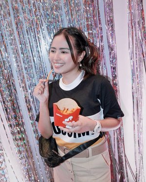 𝑻𝒊𝒎𝒆 𝒕𝒐 𝒔𝒑𝒊𝒄𝒆 𝒕𝒉𝒊𝒏𝒈𝒔 𝒖𝒑! 🌶 — oops 😅 just about to finish my #JollibeeCrispySpiceFries when @magicliwanag took this photo 🙊 Haha. Can probably finish it just a few minutes 😂 The fries are coated with mildly spicy seasoning ++ thinner and crispier than @jollibee's usual fries. 😋 What a game changer! 🤩