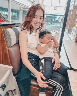 That day where I carried this not so little boy at Mactan Airport until we landed in Butuan Airport because he is clingy just like that. #yopakanginahan Read more about this trip to Cebu on my blog by clicking the link in my bio. 💪🏻😅❤️❤️❤️ #mamasboy #notcomplaining #massageplease #sheilovesriley #mamaandson #clozette