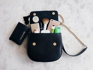 What's inside a woman's purse tells a lot about her. 🎒 Get to know me more! 😉 Now live on the blog. Link on my bio. #TwinsOwningItBeauty #Clozette #igdaily #bag