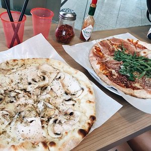 Mmmm..... SoOoo good!! 🍕🍕 this joint ain't bad! Garlic cream sauce with herbal chickeeen & Parma ham with rocket salad!! Gimme Pizza all day 🍕🍕🍕🍕🍕🍕 #sgfood #clozette