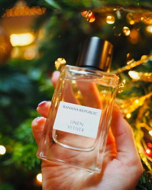 Did you know? @bananarepublic also has their own line of fragrances since 2018! 🤩 #ad . ✨Sleek design, this Linen Vetiver You can get from @sasasingapore is worth checking out for its fresh citrus and textured floral scent. This is a very elegant fragrance suitable to wear all day and night.✨ @fragrancegroup #clozette