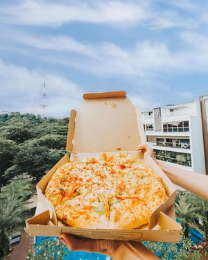 Awesome deal that I must share!! Are you a SEY (salted egg york) fan? If yes, @dominossg's Ho-SEY goodies will make you drool 🤤😍✨ With two new pizza flavors, there's HO-SEY classy pizza (my fav!) & HO-SEY chicky pizza (featured image) which are succulent and a perfect treat for any kind of celebration! I recommend that you can try both and tell me which you prefer! 2 regular pizzas are only for $22 😱😱 what a good deal! ❤️ Complete your meal with the new Cheestix flatbread or zesty chicken wings too! Available in stores or via dominos.com.sg for a limited time only. Go try it this weekend 🙆🏻♀️❤️✨ #clozette